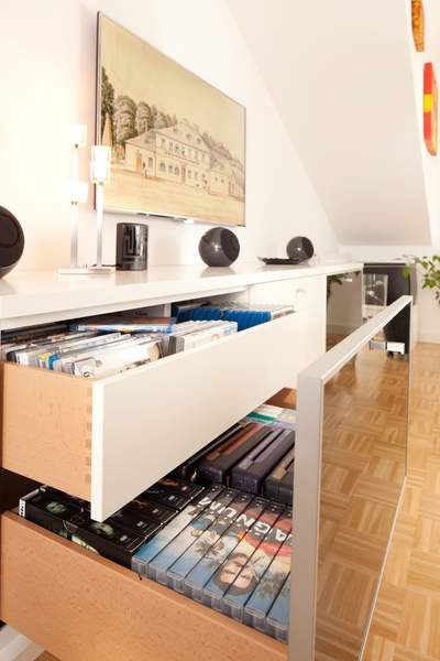 Die CD-DVD-DB-Schublade bietet viel Stauraum und guten Zugriff. Die intelligent konstruierten Schubladen bieten viel Raum für CDs, DVDs und BDs.