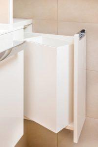 Wäschesammler unauffällig im Waschtisch integriert. Ebenfalls integriert in der Nische ist der Wäschesammler.