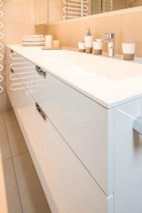Die Möbelfront ist cremefarben lackiert und von Hand hochglanz-poliert Die Möbelfront ist cremefarben lackiert und von Hand hochglanz-poliert.