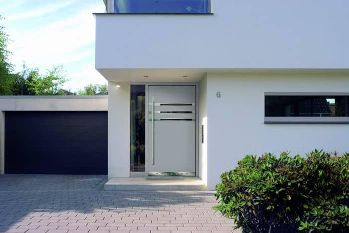 Moderne Haustür mit Glas und Edelstahl