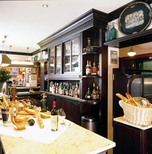 Gastronomieausbau französisches Ambiente Die schönen Holzarbeiten, des französisch anmutenden Lokals, schaffen ein gemütliches Ambiente.