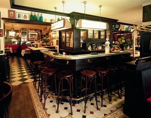 Bistro-Restaurant Gendarmerie, Bayreuth Der lange Tresen, stilvoll dem französischen Ambiente entsprechend, wird gerne für einen gemütlichen Plausch genutzt.