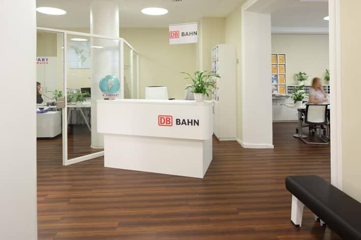 Verkaufstresen der Deutschen Bahn Für Bahnreisende gibt es eigens einen Bereich der DB